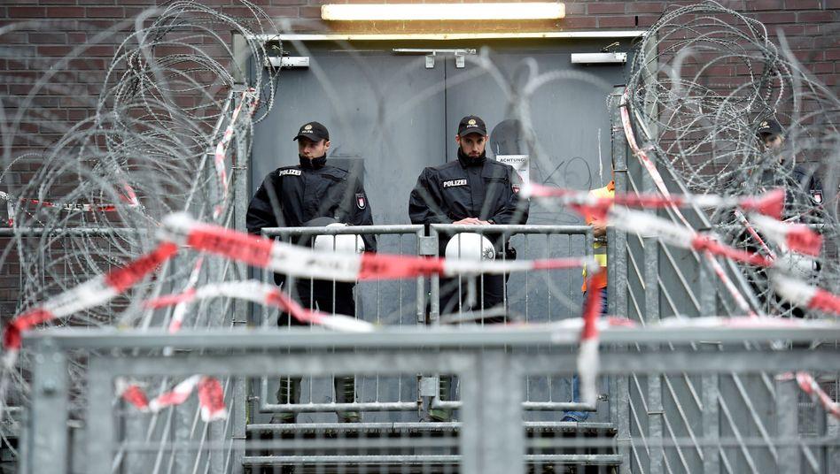 Polizisten vor G20-Gefängnis in Hamburg