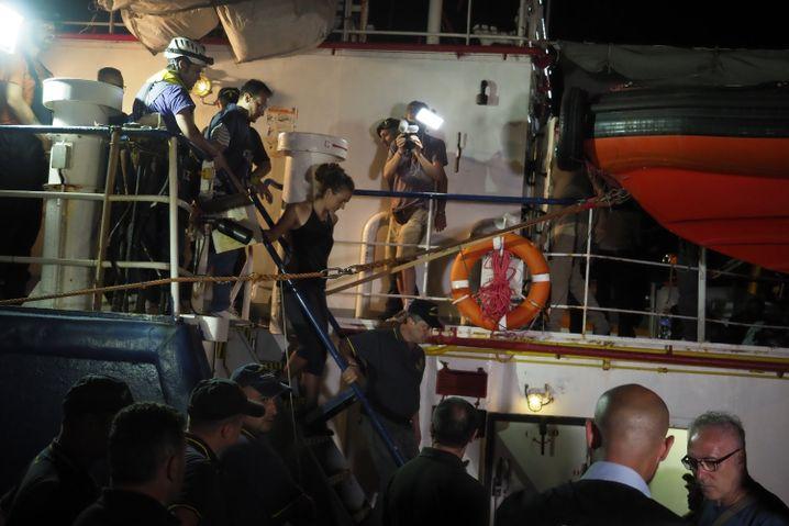 Kapitänin Carola Rackete bei ihrer Festnahme