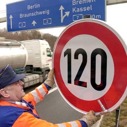 Montage eines Tempo-120-Schildes: In den kommenden Wochen will Greenpeace eigene Tempolimits einführen
