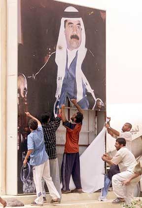 Saddam Hussein ist Vergangenheit: Iraker reißen ein Bild des Diktators nieder