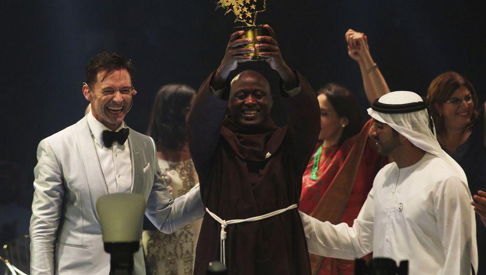 Sieger Peter Tabichi, Mitte, mit dem Schauspieler Hugh Jackman und Dubais Kronprinz Scheich Hamdan bin Mohammed Al Maktoum