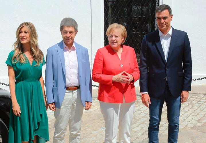 Bundeskanzlerin Angela Merkel und ihr Ehemann Joachim Sauer mit Pedro Sánchez (r.) und dessen Ehefrau Begoña Gómez (l.)