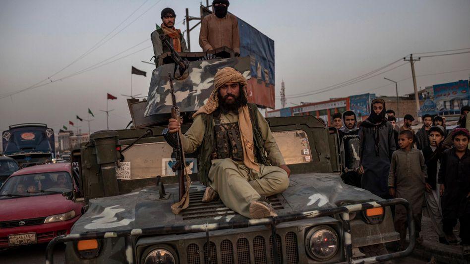 Ein Talibankämpfer auf einem Humvee in Kabul