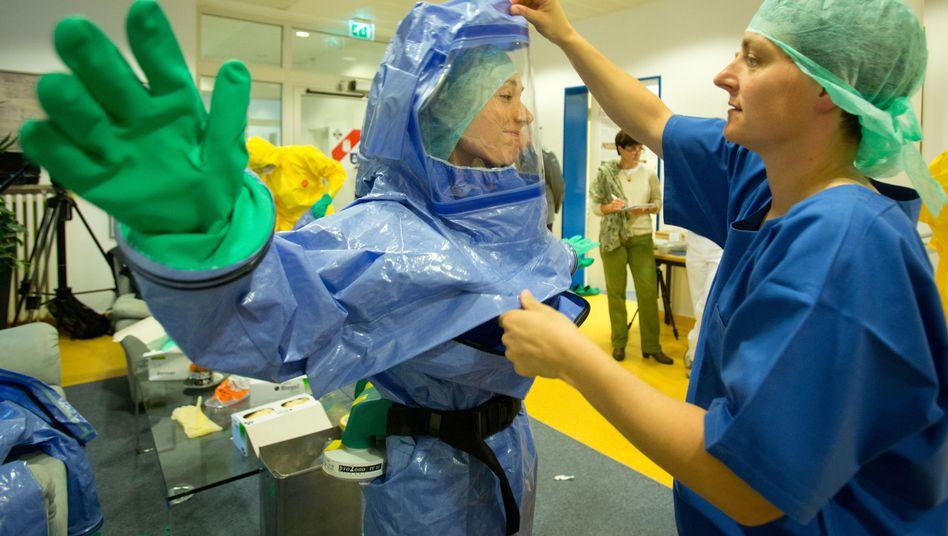 Trainingseinheit bei der deutschen Bundeswehr: Schutzvorkehrungen bei der Behandlung von Ebola-Patienten müssen hoch sein
