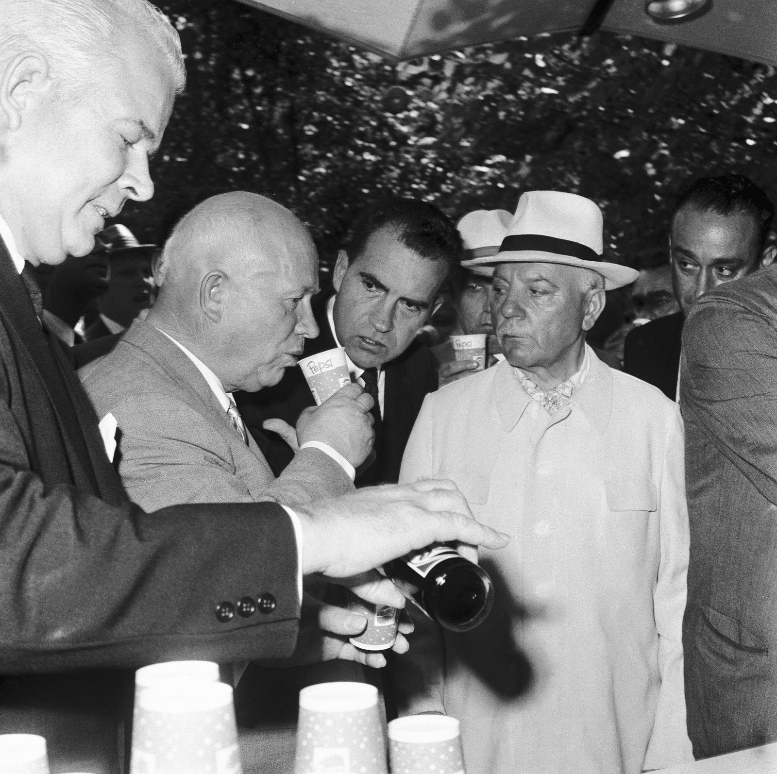 Pepsi Kriegsflotte - Nikita Khrushchev Introduced to Pepsi-Cola