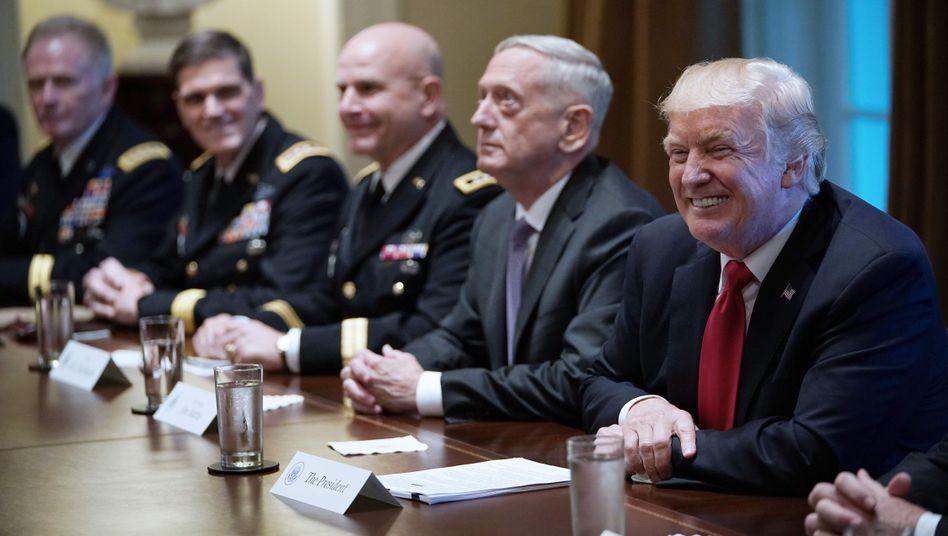 Trump (r.) beim Treffen mit Militärs im Weißen Haus