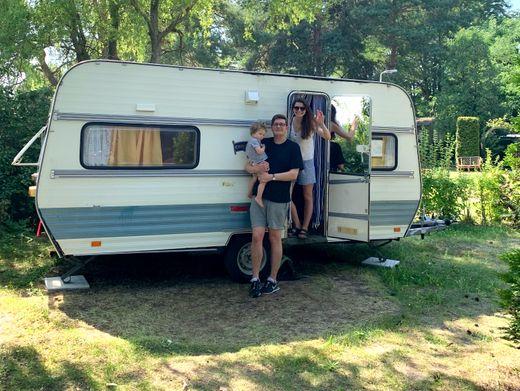 Neuwohnwagenbesitzerin Judith Poznan mit Familie