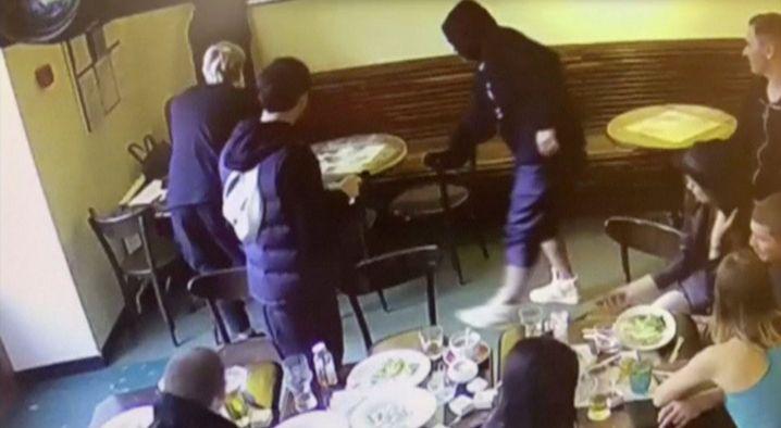 Aufnahme aus einer Überwachungskamera in dem Moskauer Café