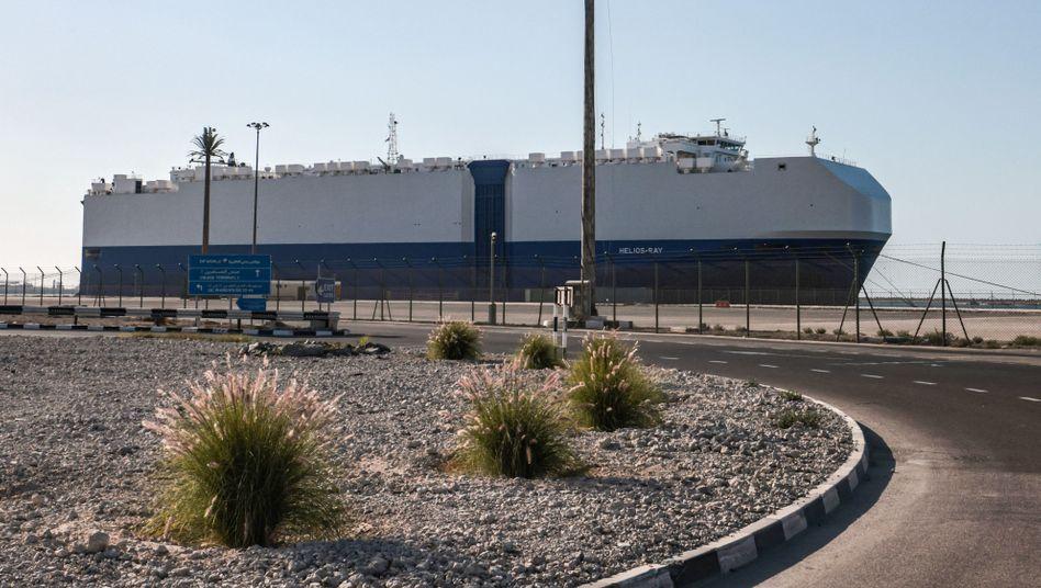 Autofrachter MV »Helios Ray« im Hafen von Dubai