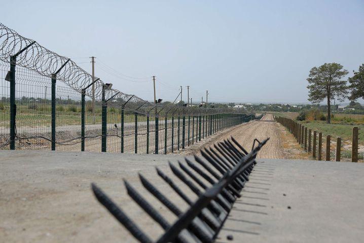 Eine Mauer an der Grenze zwischen Usbekistan und Afghanistan