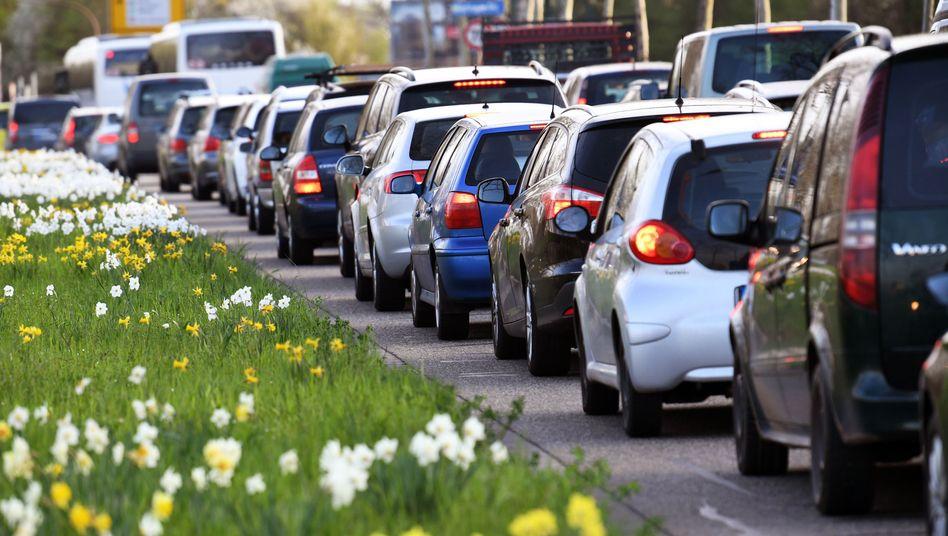 Autos im Stau: Dramatischer CO2-Einsparbedarf im Verkehrssektor