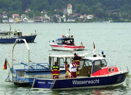Dutzende Schiffe suchen auf dem Bodensee bei Überlingen nach Spuren der Katastrophe