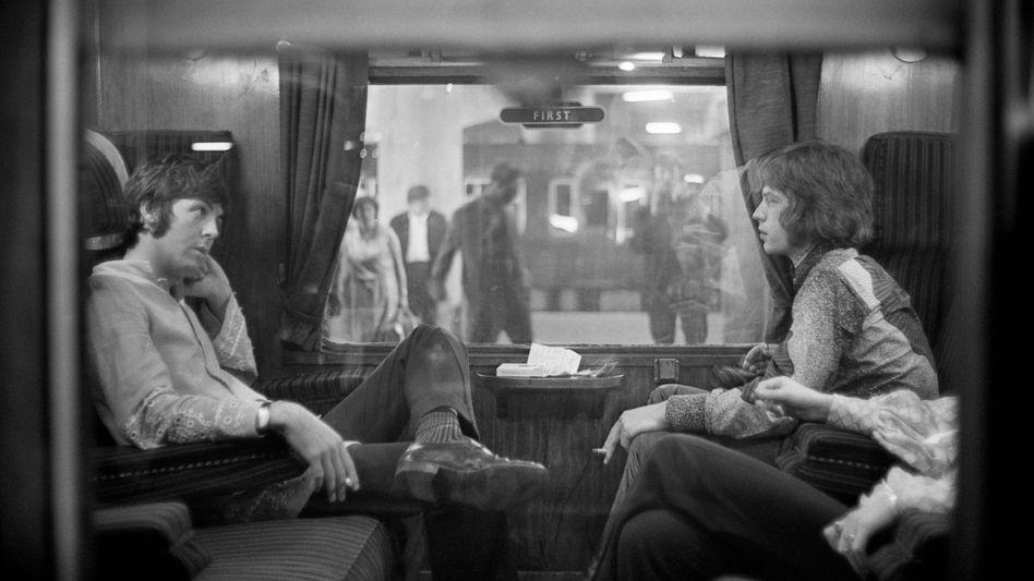 Rivalen Paul McCartney, Mick Jagger (1967 in einem Bahnabteil vor der Abfahrt vom Bahnhof Euston in London)