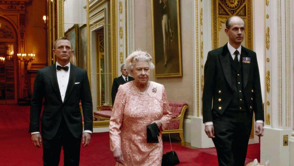Szene aus Boyle-Film für die Olympia-Eröffnungsfeier 2012 mit Darstellern Daniel Craig, Queen Elizabeth II.