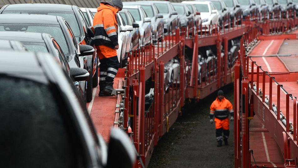 Autozug mit Neuwagen für den Export in Bremerhaven (Archiv)
