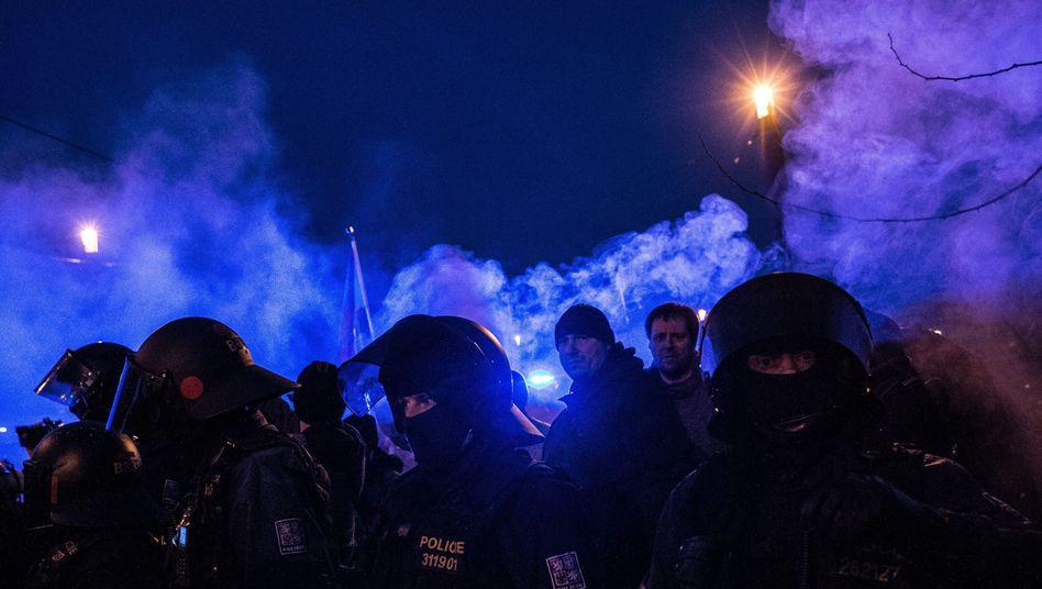 Polizisten in Prag: Nach einer Demonstration gegen Islam und Zuwanderung gab es Ausschreitungen
