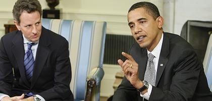"""Präsident Barack Obama (r.) und sein Finanzminister Geithner: """"Nicht die richtige Zeit für Bonuszahlungen"""""""