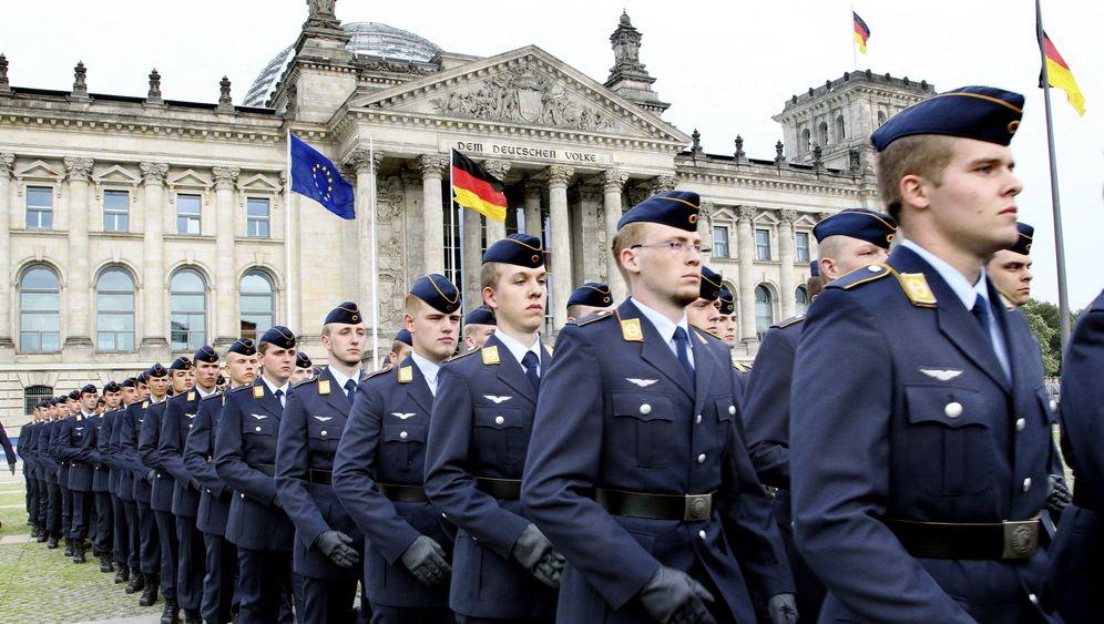 Feierliches Gelöbnis in Berlin: Freiwillig in die Bundeswehr
