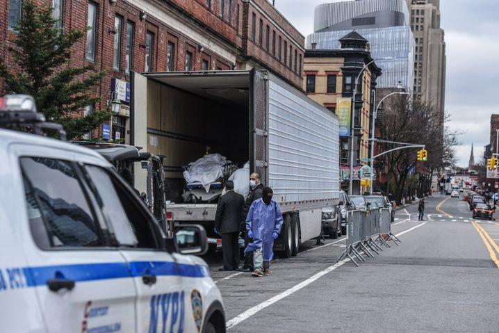 Unsichtbarer Corona-Horror: Kühllaster vor einem New Yorker Krankenhaus