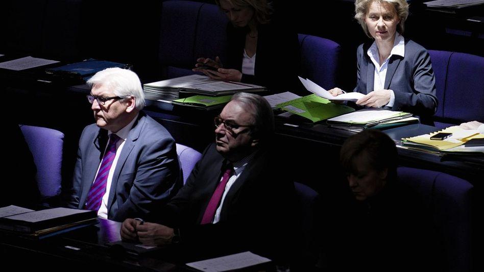 Minister Steinmeier, von der Leyen: Beitrag zur Eskalation?