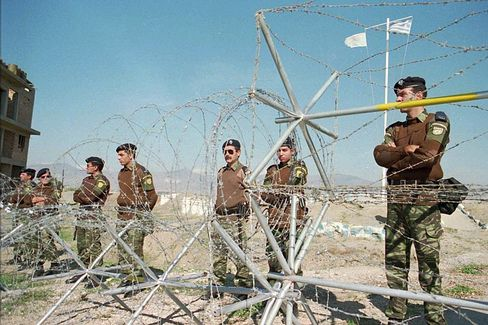 Streng bewachte Grenzzone: An einem Stacheldrahtzaun sichern Uno-Truppen die Grenze zwischen Nord- und Südinsel.