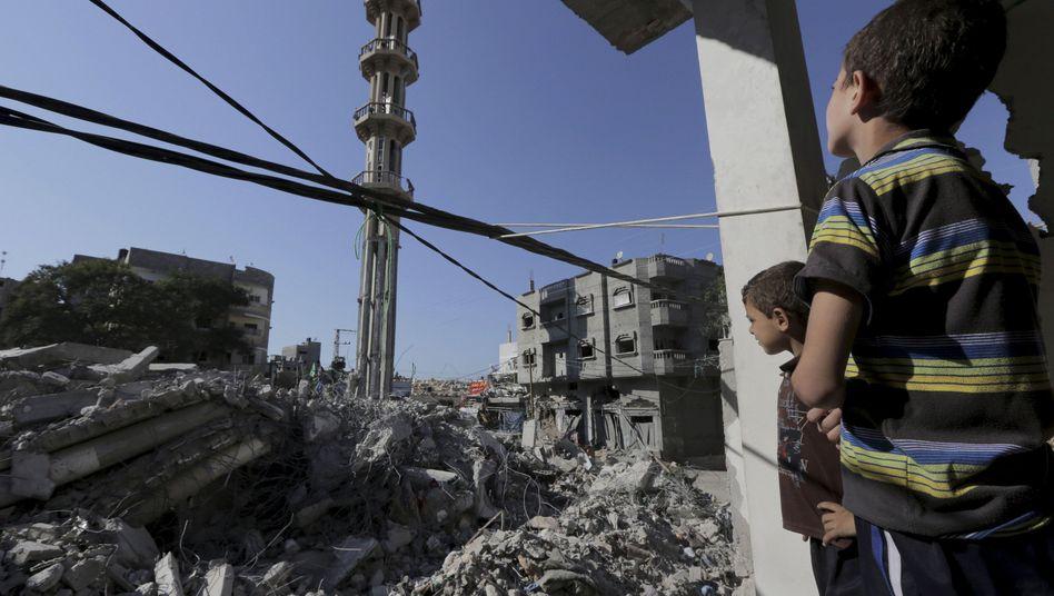 Überreste einer Moschee nach israelischem Luftschlag am Samstag: Bis zum Montagmorgen wurde die Waffenruhe im Gaza-Streifen eingehalten