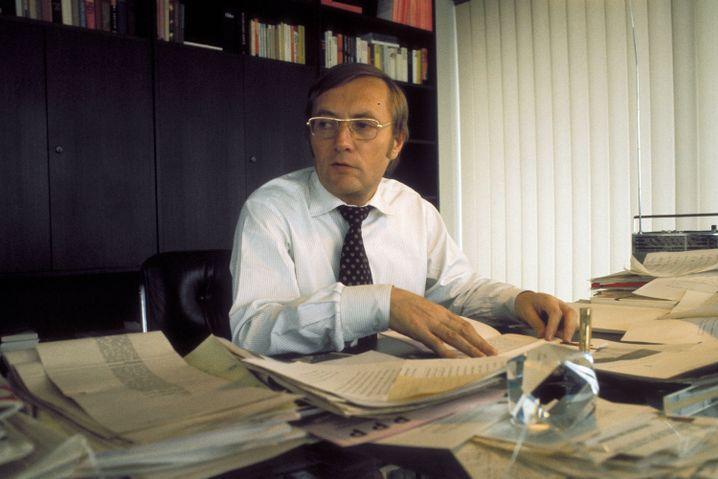 SPIEGEL-Herausgeber Rudolf Augstein 1975 in seinem Büro