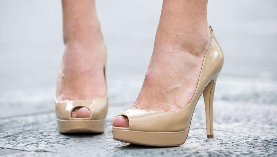 Frau mit hohen Schuhen (Archivbild): Langfristig kann falsches Schuhwerk die Zehen irreversibel verformen
