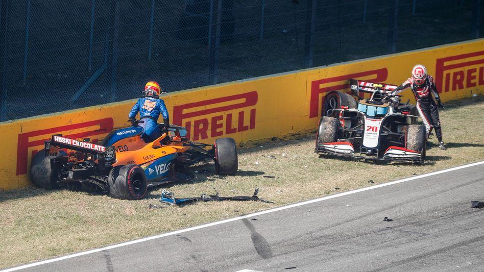 Carlos Sainz (l.) und Kevin Magnussen steigen unverletzt aus ihren Rennwagen