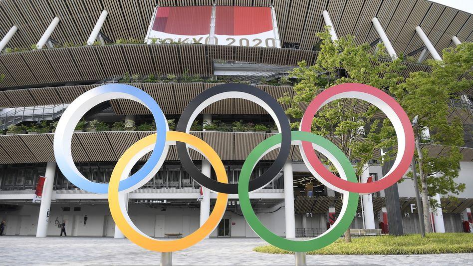 Die olympischen Ringe vor dem Nationalstadion in Tokio