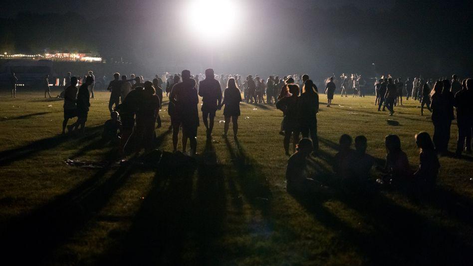 4000 Menschen feiern im Hamburger Stadtpark – die Polizei versucht zunächst, sie mit Scheinwerfern auf Lichtmasten zu vertreiben
