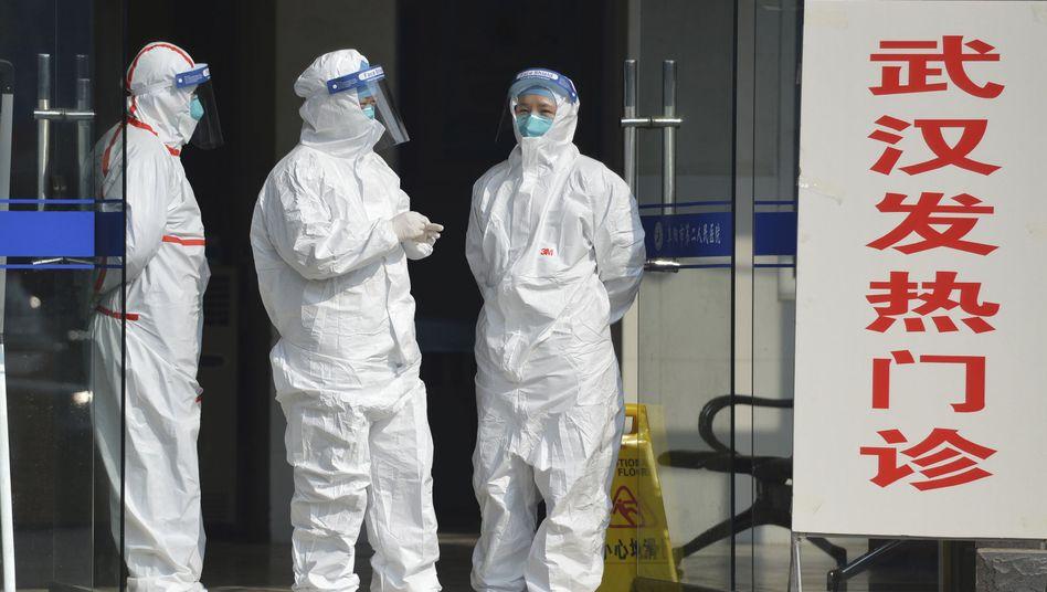 Medizinisches Personal in Schutzanzügen empfängt in der zentralchinesischen Provinz Anhui Patienten aus Wuhan.