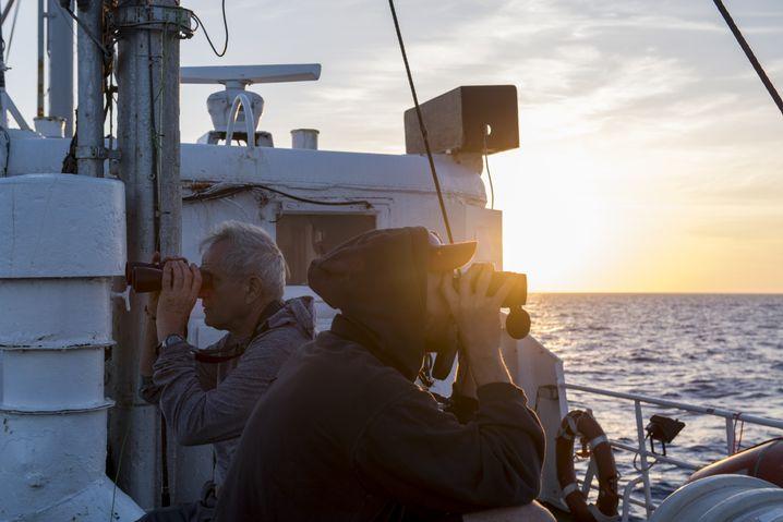 "Flüchtlingsretter halten Wache an Deck der ""Sea Eye"""
