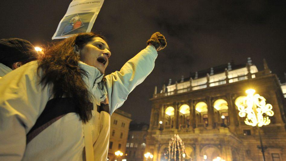 Demonstrantin vor der Staatsoper in Budapest: Proteste gegen Europas Rechtsaußen