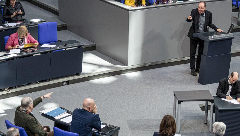 Wortwechsel im Bundestag: Wolfgang Strengmann-Kuhn (r) (Bündnis 90/Die Grüne) liefert sich einen Streit mit Alexander Gauland (l, AfD) über Wohnungsnot und Obdachlosigkeit