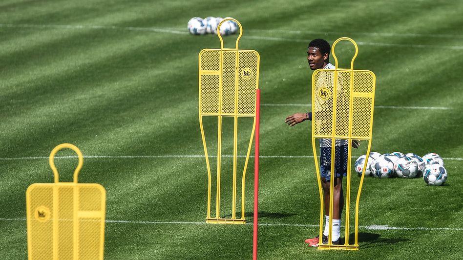 David Alaba vom FC Bayern darf nicht mehr nur trainieren, sondern ab Mitte Mai auch wieder spielen