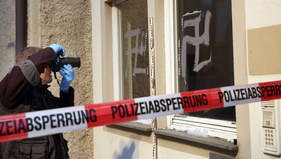 Anschlag in Riedlingen: Ein Ermittler dokumentiert Schmierereien an einer Notunterkunft für Flüchtlinge