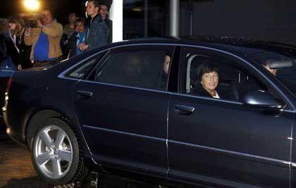 Gesundheitsministerin Ulla Schmidt in einem ihrer Dienstwagen: Umweltschützer verlangen von den Ministern, ihre Autos auszutauschen