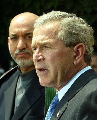 US-Präsident Bush mit Besucher Karzai: Tür für den Wechsel in die Politik ist offen