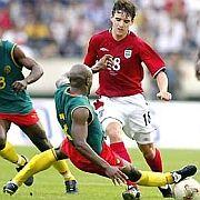 Kameruner Fußballer (2002 im Testspiel gegen England): Ärmellose Trikots bei WM verboten
