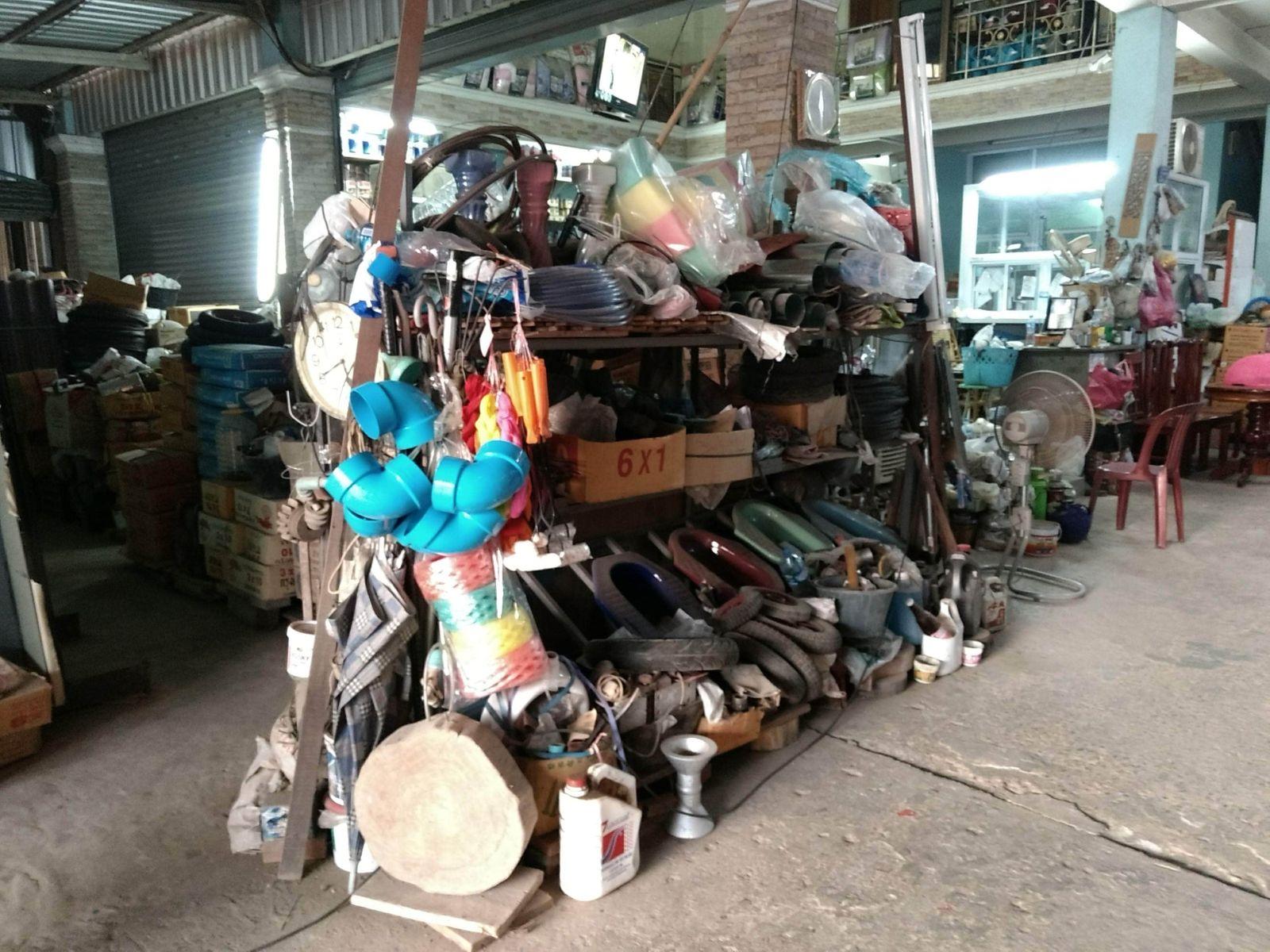 2018-10-04_Einkaufen ist hier eher speziell. Ein typischer 'Baumarkt' in Laos