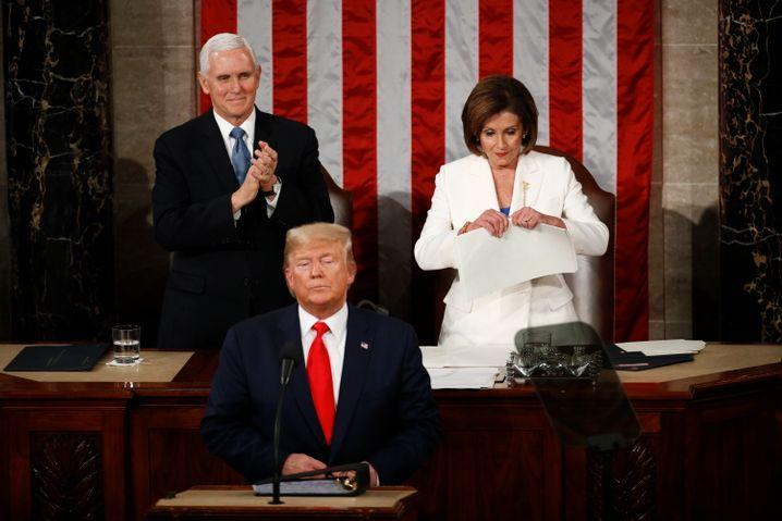 Trump zur Lage der Nation kurz bevor Demokratin Pelosi sein Manuskript zerreißt