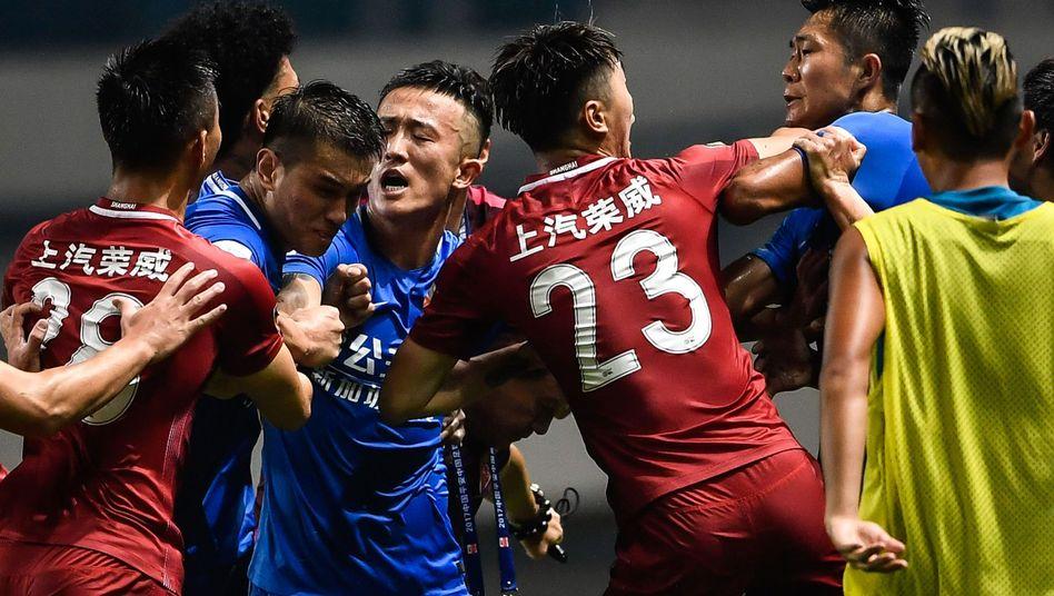 Schlägerei zwischen Spielern von Shanghai IPG (rot) und Guangzhou R&F (blau)