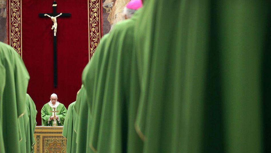 Papst Franziskus, umringt von Kardinälen und Bischöfen im Vatikan