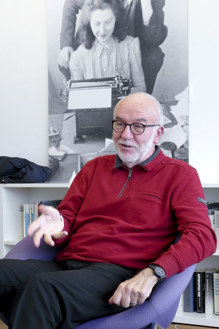 Ernst Peter Fischer: Studierte Mathematik, Physik und Biologie. Lehrt Wissenschaftsgeschichte an der Uni Heidelberg und ist Autor.