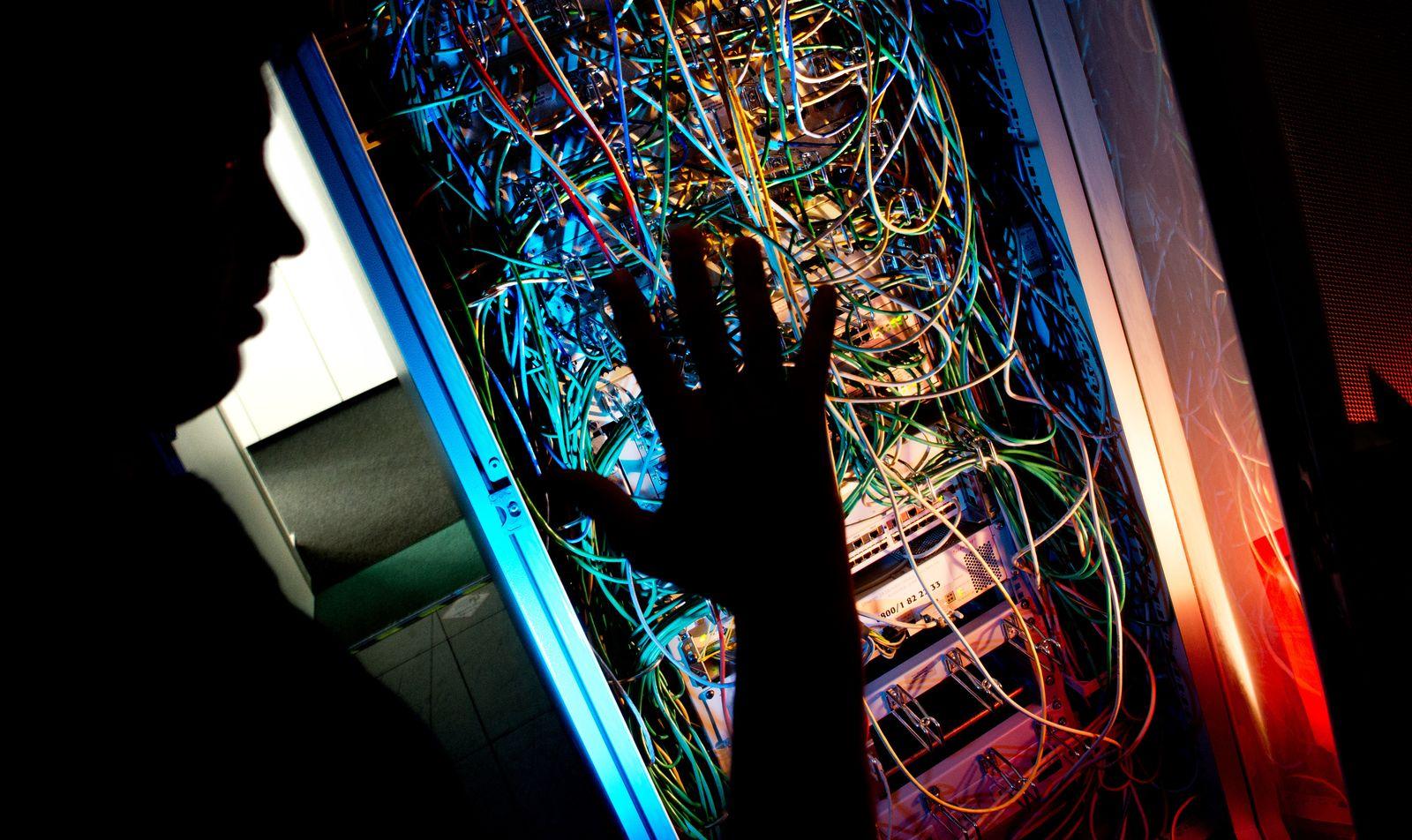 Symbolbild Serverschrank/ Überwachung/ Netzwerkkabel/ Cyber/ Cyber-Kriminalität