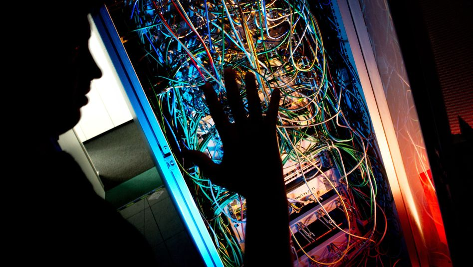 Serverschrank mit Netzwerkkabeln: Datensammlungen, in die man im Zweifel schnell und ohne eigenes Wissen geraten kann