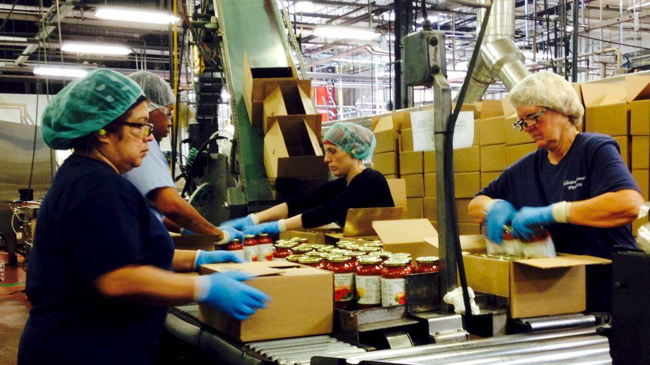 Arbeiter in einer Lebensmittelfabrik in Bridgeport, New Jersey