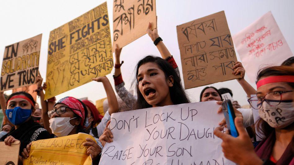 Frauen protestieren vor dem Parlament in Dhaka gegen Gewalt an Frauen
