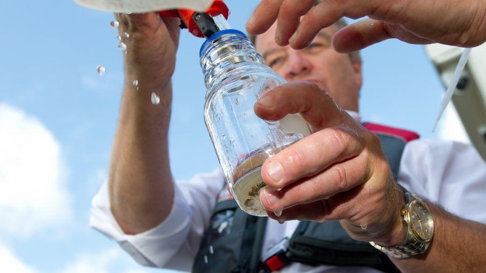 Untersuchung von Flusswasser: Der baden-württembergische Umweltminister Franz Untersteller auf einem Schiff in Lauffen am Neckar